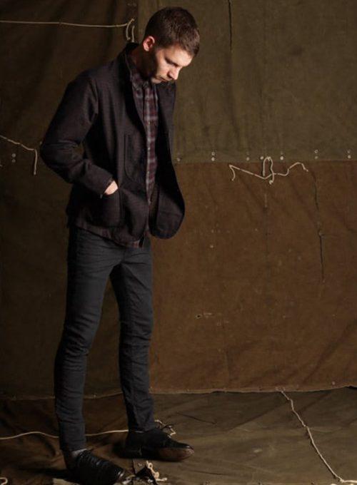 pánská černá bunda, kostkovaná košile a černé džíny Edwin