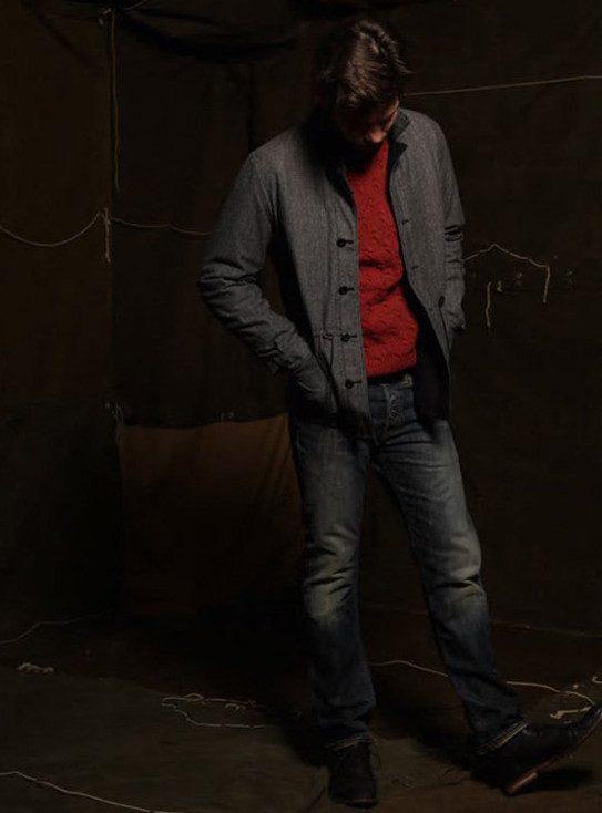 pánská šedá bunda, červený svetr a tmavě modré džíny s opraným vzhledem Edwin