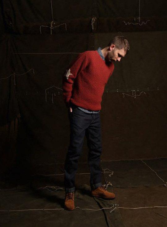 pánský červený svetr, džínová košile a tmavě modré džíny Edwin