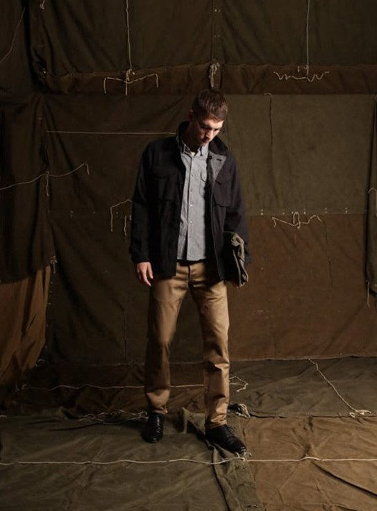 pánský tmavě modrý kabát, džínová košile a khaki kalhoty Edwin