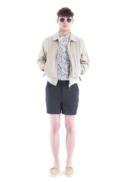 pánská béžová bunda, košile se vzorem a modré šortky Shipley & Halmos
