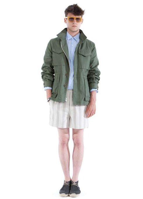 pánská zelená bunda, světle modrá košile a pruhované šortky Shipley & Halmos