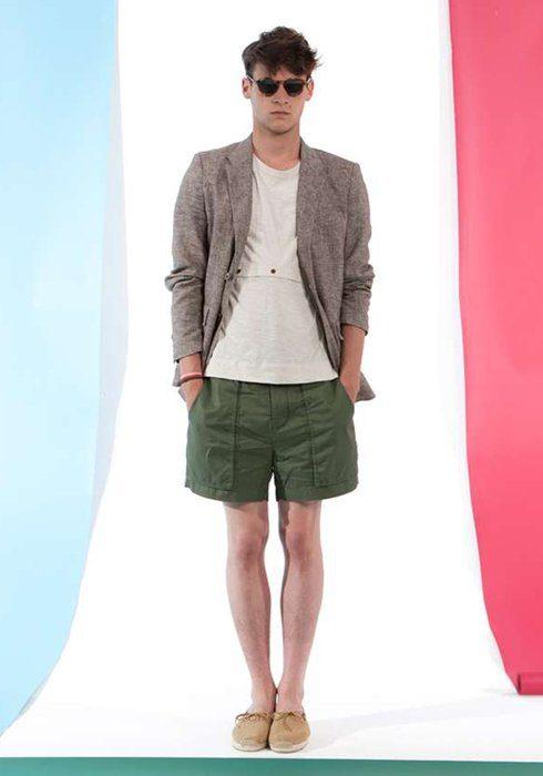 pánské šedé sako, bílé triko a zelené šortky Shipley & Halmos