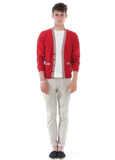 pánský červený zapínací svetr, bílé triko a béžové kalhoty Shipley & Halmos