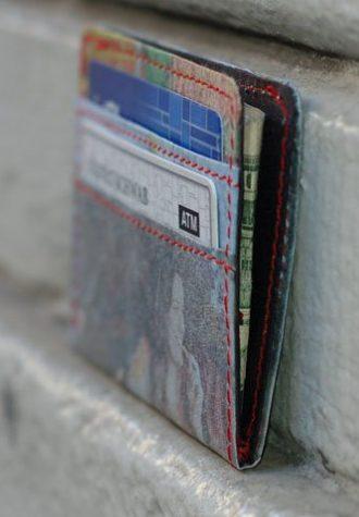recyklovaná peněženka z igelitu a novin ($ 25)