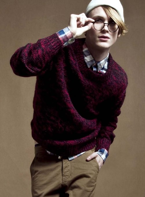 pánská bílá čepice, fialový svetr, kostkovaná košile a hnědé kalhoty Velour