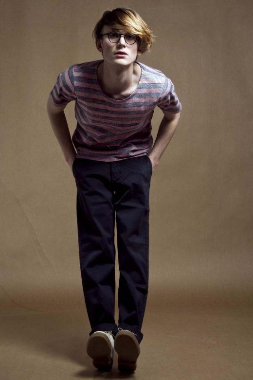 pánské pruhované triko a tmavě modré kalhoty Velour