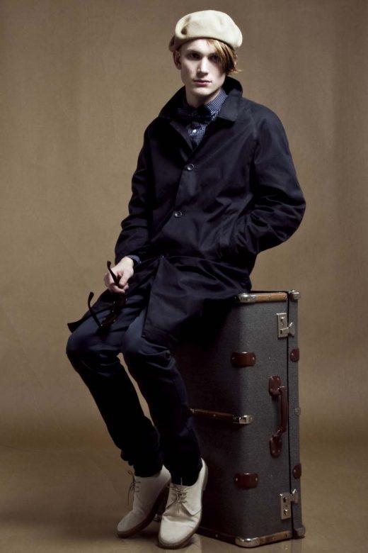 pánský béžový baret, tmavě modrý kabát a kalhoty Velour
