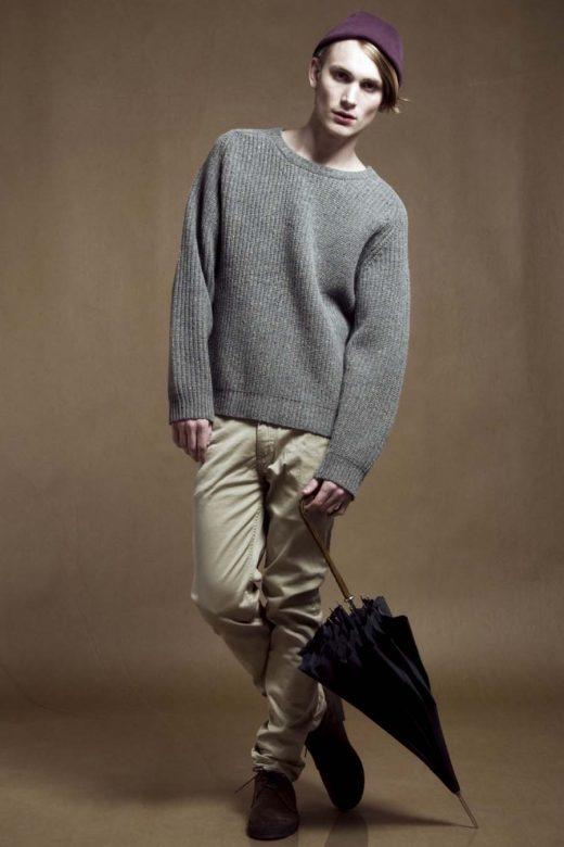 pánský šedý svetr a béžové kalhoty Velour