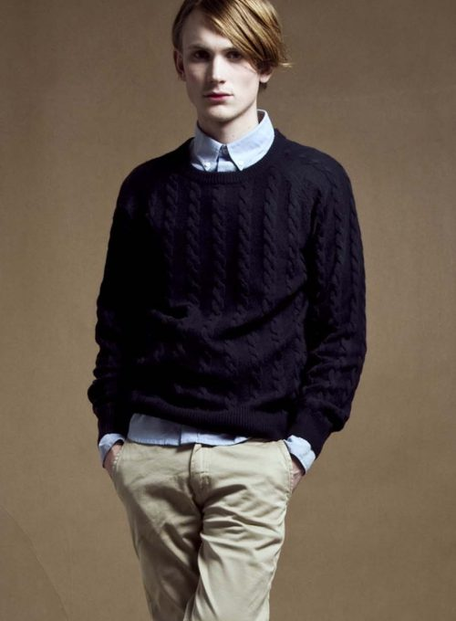 pánský tmavě modrý svetr a béžové kalhoty Velour