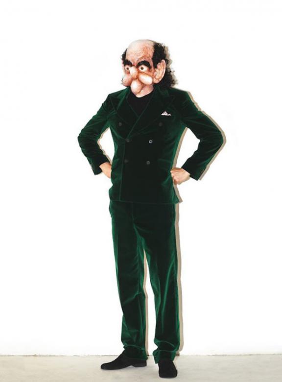 Jean-Louis je pánem světa ve svém lahvově zeleném plyšovém obleku.