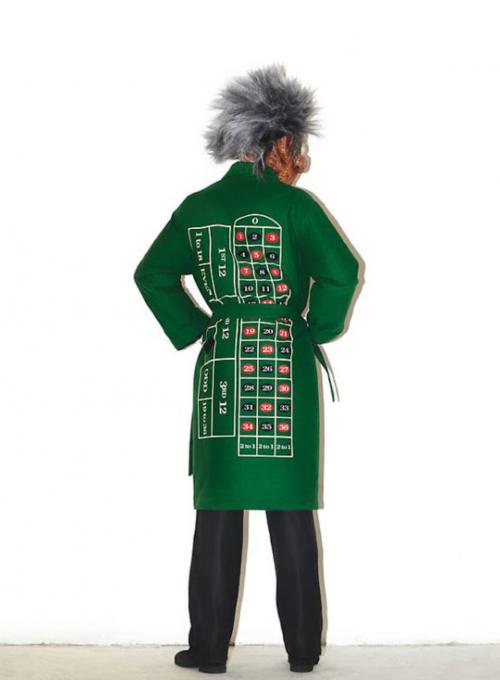 Šílený správce kasina hlídá v plášti potištěným ruletou.