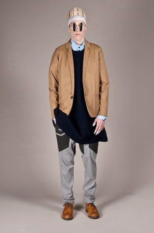 pánské hnědé sako, tmavě modrý svetr a šedivé kalhoty Henry Vibskov