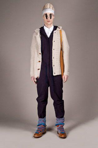 pánský světle béžový svetr a fialová kombinéza Henry Vibskov