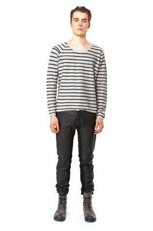 pánský černobílý pruhovaný svetr a černé kožené kalhoty Hope