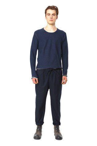 pánský modrý pulovr a tmavé kalhoty s tkanicí v pase Hope