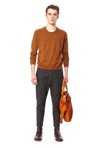 pánský okrově hnědý pulovr, šedé kalhoty, okrová kabela Hope