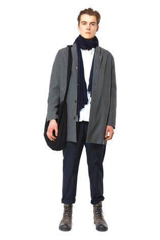 pánský šedý kabát, černé kalhoty a taška Hope