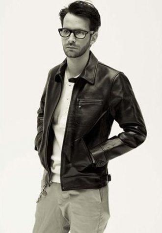 pánská kožená bunda, bílé triko a světle šedé kalhoty Coal Black