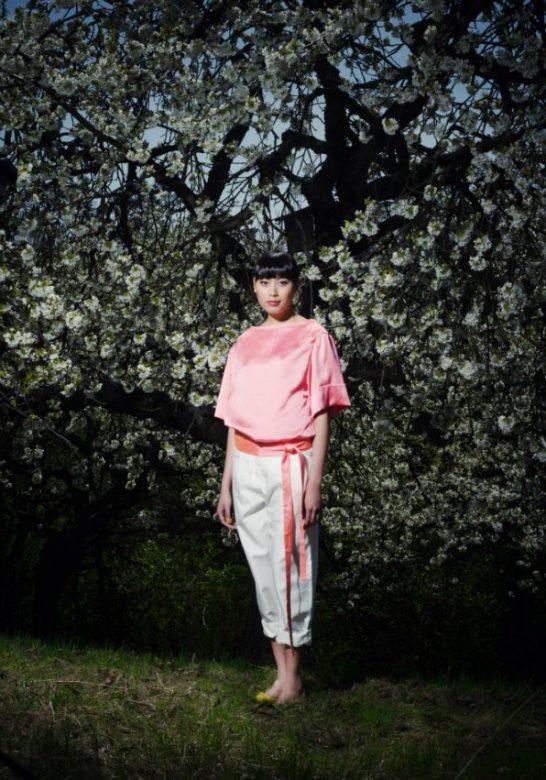 dámská růžová halenka a bílé kalhoty Gábina Páralová