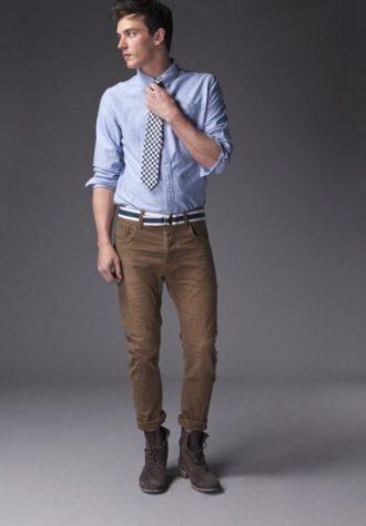 pánská bleděmodrá košile, kostkovaná kravata a hnědé kalhoty !ITEM