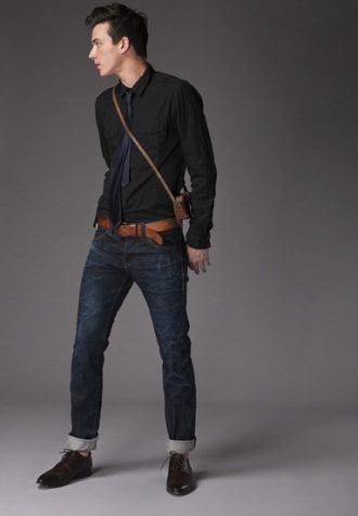pánská černá košile, tmavě modrá kravata a tmavě modré džíny !ITEM
