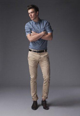 pánská džínová košile, černý kožený pásek a béžové kalhoty !ITEM
