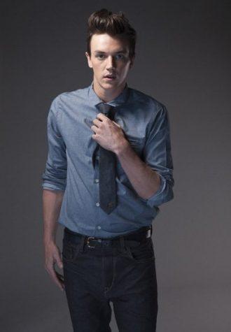 pánská džínová košile, tmavě šedá kravata a tmavě modré džíny !ITEM