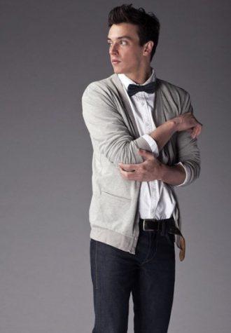 pánský šedý cardigan, bílá košile, černý motýlek a tmavě modré džíny !ITEM