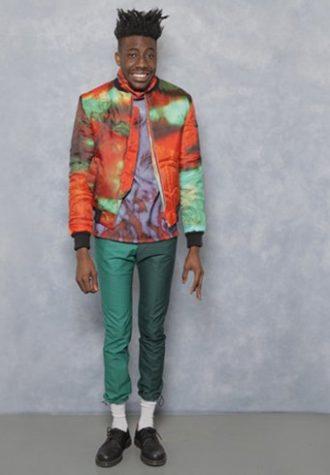 pánská oranžovo-tyrkysová bunda, triko se vzorem a zelené kalhoty Agi & Sam