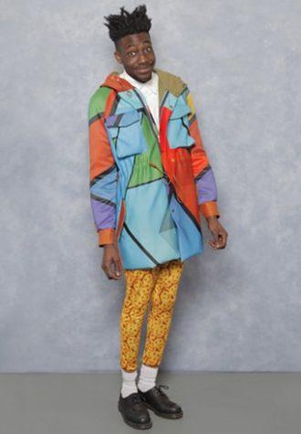 pánský barevný kabát, bílé triko a žluté legíny se vzorem Agi & Sam