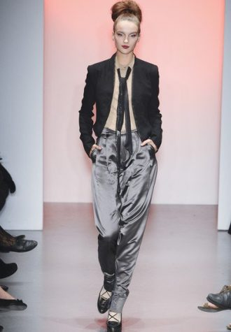 dámské černé sako, béžová košile a šedé saténové kalhoty BORA AKSU