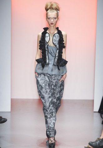 dámský top s krajkou a volánky a šedé kalhoty se vzorem BORA AKSU