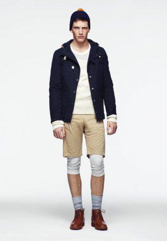 pánská modrá bunda, bílý svetr a béžové šortky ASOS