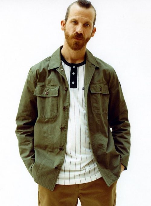 pánská zelená bunda, pruhované triko a hnědé kalhoty Supreme