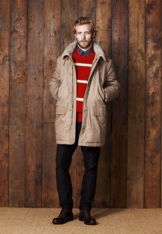 pánská béžová bunda, červený svetr s pruhy a černé kalhoty Ben Sherman