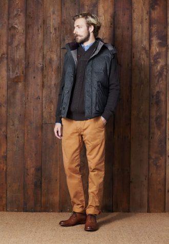 pánská šedá vesta, šedý svetr a oranžové kalhoty Ben Sherman