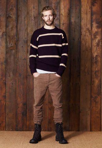pánský fialový svetr s bílými pruhy a hnědé kalhoty Ben Sherman