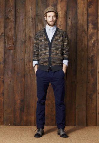 pánský hnědý zapínací svetr se vzorem, pruhovaná košile a modré kalhoty Ben Sherman