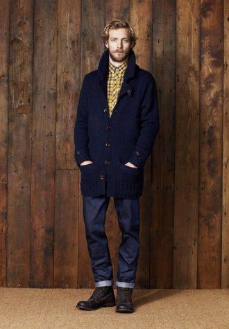 pánský modrý zapínací svetr, žlutá kostkovaná košile a tmavě modré džíny Ben Sherman