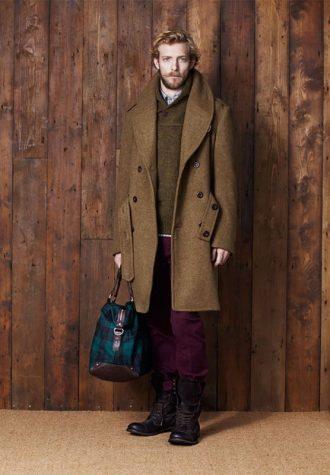 pánský zelený kabát, zelený svetr, fialové kalhoty a tyrkysová taška Ben Sherman