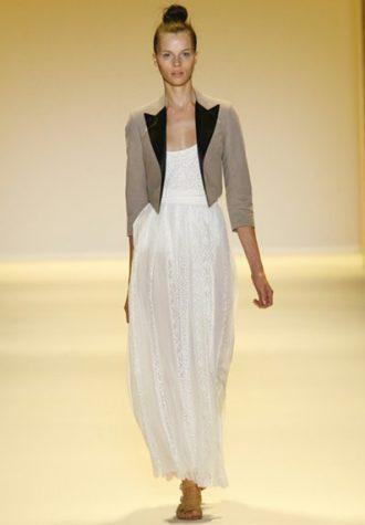 dámské béžové sako a bílé šaty Adam
