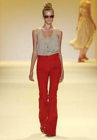 dámské béžové tílko a červené kalhoty Adam
