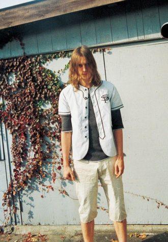 pánská bílá softballová košile, šedé triko s dlouhým rukávem a béžové šortky SOPHNET