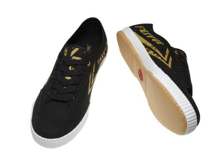černé plátěné tenisky se zlatými detaily Feiyue, typ Plain Black Gold (€ 50)