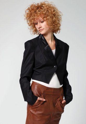 dámské krátké černé sako(€ 44.90) a hněhá kožená sukně Minimum