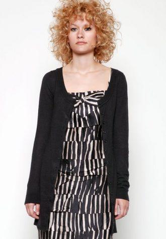 dámský černý propínací svetr(€ 54.90) a pruhované šaty MbyM (€ 39.90)