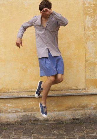pánská světle fialová košile a modré šortky Ehud
