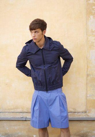pánská tmavě modrá bunda a modré šortky Ehud