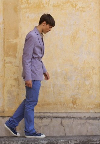 pánské fialové sako a modré plátěné kalhoty Ehud